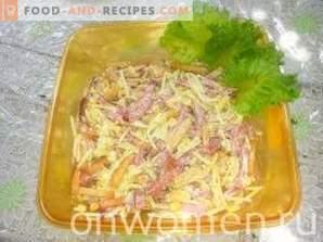 Sałatka z kirieshkami, wędzoną kiełbasą i kukurydzą