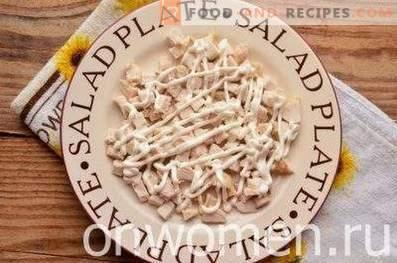 Sałatki z kurczakiem, suszonymi śliwkami i orzechami włoskimi
