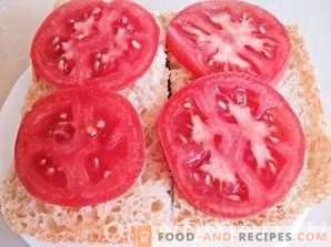 Gorące kanapki z pomidorami i kiełbaskami myśliwskimi